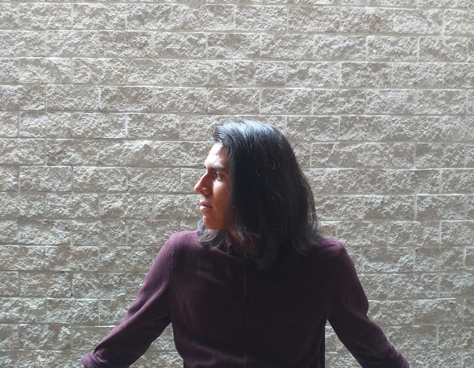 Josué Cabrera Serrano (Bogotá, 1996) escribe poemas de calidad variable hace diez años. Este año recibió un correo con un diploma en formato PDF que lo definía como Literato. Hace cinco años trabaja en diversos proyectos relacionados con escritura creativa, autoedición y gestión cultural en Bogotá. Le gusta mucho el pan.